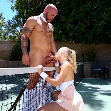 Szöszke tini kefél a teniszpályán